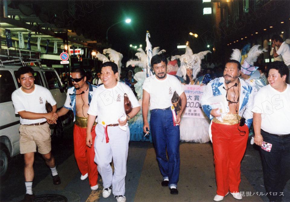 青 白の旗 サンバ ダンス 東京浅草のサンバチーム 仲見世バルバロス